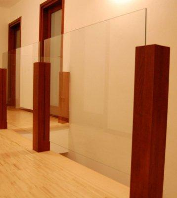 Balustrady Drewniane z Szybą